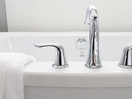 Eliminar manchas amarelas da banheira: 3 métodos infalíveis
