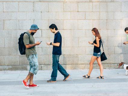 Cidade chinesa cria passeio para peões agarrados ao telemóvel