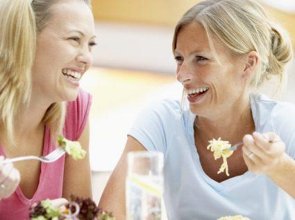Como comer mais devagar: 9 dicas simples para acertar o ritmo à mesa