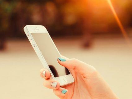 Costuma deixar o telemóvel ao sol? Conheça as consequências