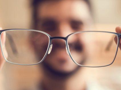 Doar óculos: livre-se do que já não precisa ajudando os outros