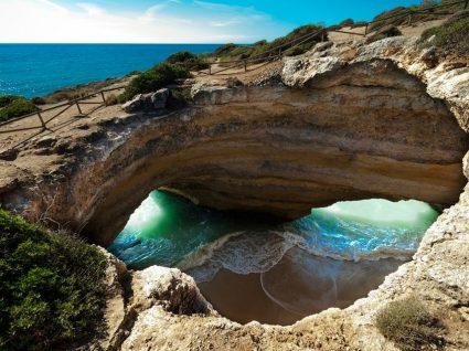 Encantos e mistérios: 8 grutas em Portugal para conhecer este verão