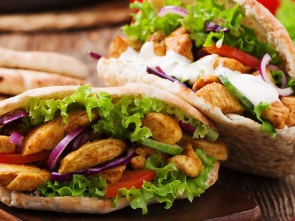 Aprenda a fazer em casa: receita de kebab e molho para o acompanhar