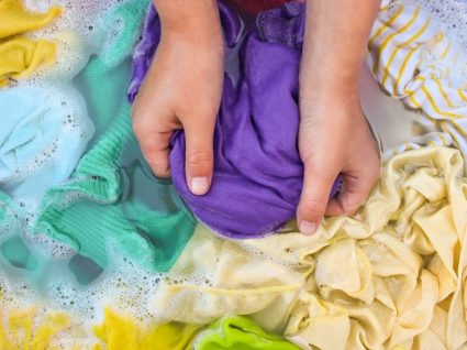Lavar roupas à mão: dicas essenciais para ser mais simples e eficaz