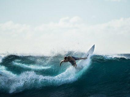 As 8 melhores escolas de surf em Portugal: leve a vida em cima de uma prancha