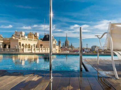 10 hotéis com piscina no terraço em Barcelona a não perder