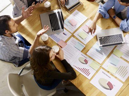 11 hábitos de trabalho que irritam os colegas e que pode evitar