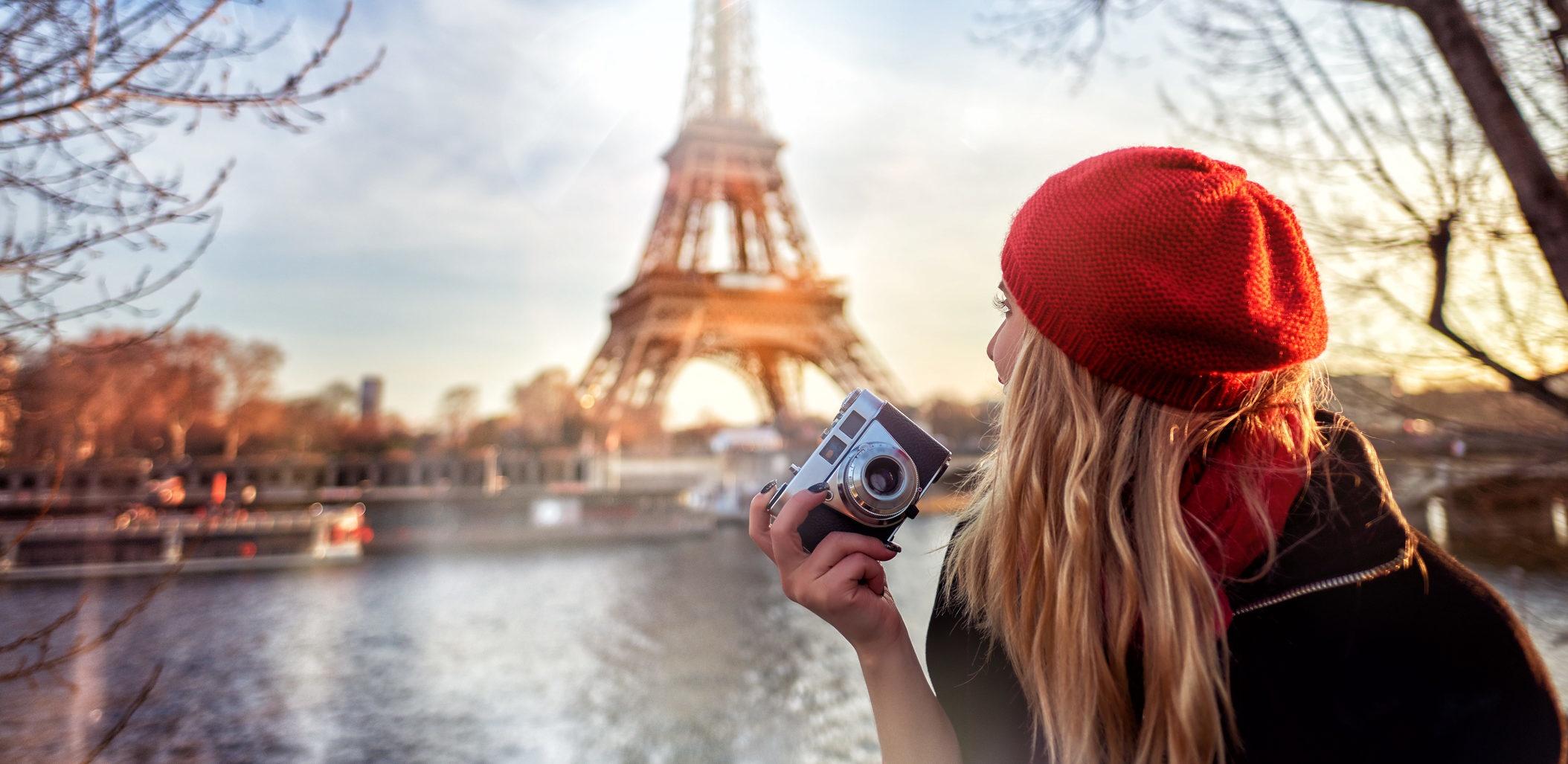 Mulher tira fotografias em Paris