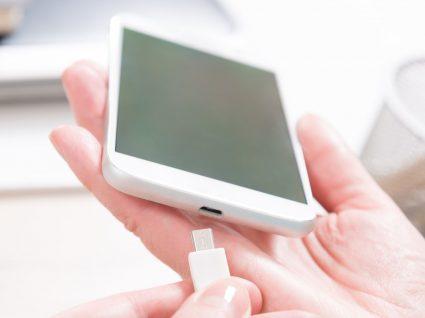 Quanto custa carregar a bateria do telemóvel: fizemos as contas