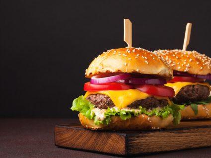 Como cozinhar hambúrguer congelado e ter um petisco digno de chef