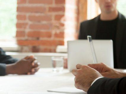 Como lidar com colegas de trabalho difíceis: 12 dicas a ter em conta