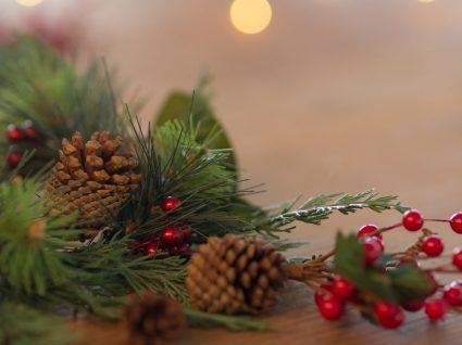 14 arranjos de Natal com pinhas que vão tornar a sua casa mágica