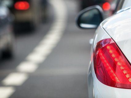 Por que são vermelhas as luzes traseiras do carro? Conheça a história