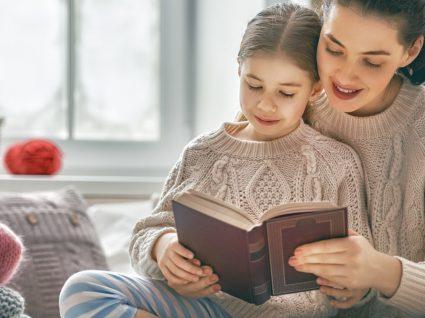 mae e filha com um livro
