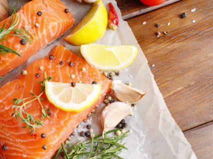 Como temperar salmão grelhado, assado ou frito