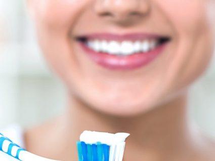 Como Branquear os Dentes com Morangos! • Poupa e Ganha
