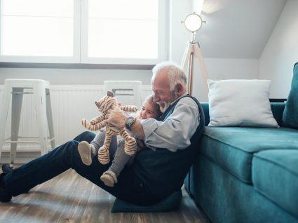 avô com neto ao colo a brincar