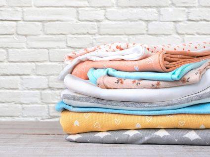 monte de roupa de bebé dobrada
