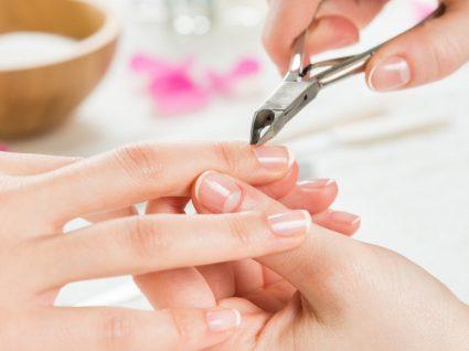 Tirar as cutículas é ou não saudável para as unhas? Entenda