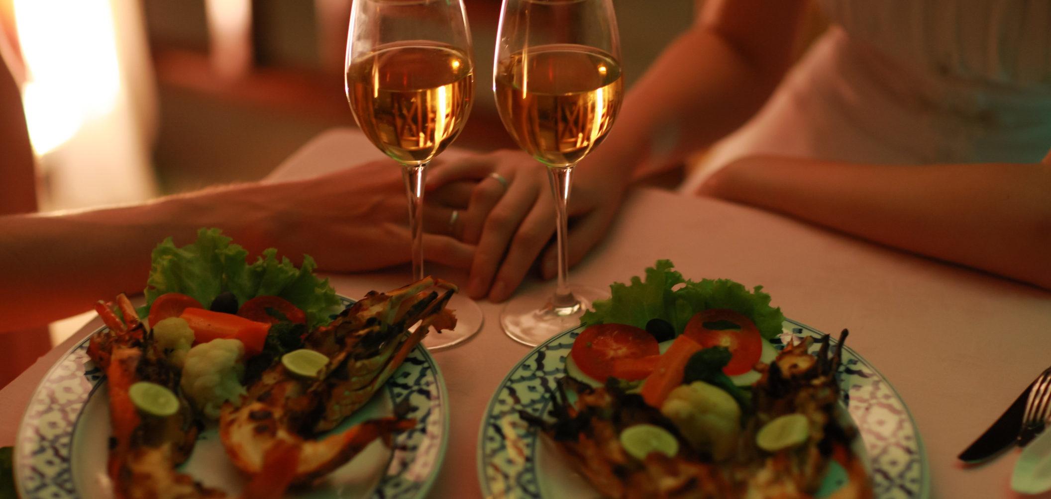 casal a jantar fora
