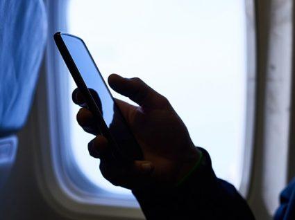 Não tem o telefone em modo de voo no avião? Arrisca-se a conta choruda