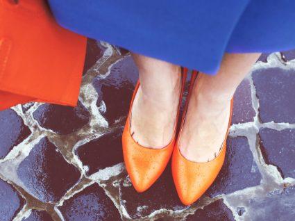 Inspire-se nesses 7 looks para usar roupas coloridas no trabalho