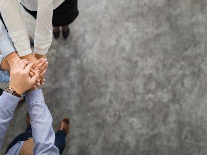 grupo de pessoas de mãos dadas