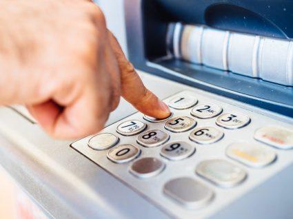 Farto de comissões? Poupe com a conta de serviços mínimos bancários