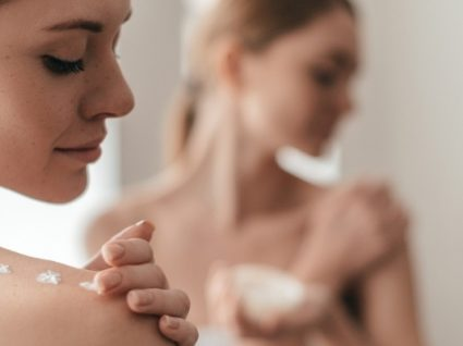 Combate ao acne corporal: 5 produtos que os especialistas recomendam