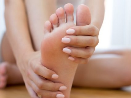 6 cuidados com os pés pós-inverno simples e práticos
