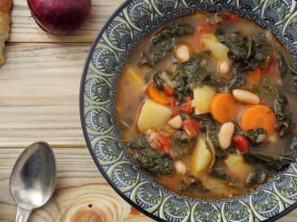Sopa de feijão com couve: um prato impossível de recusar