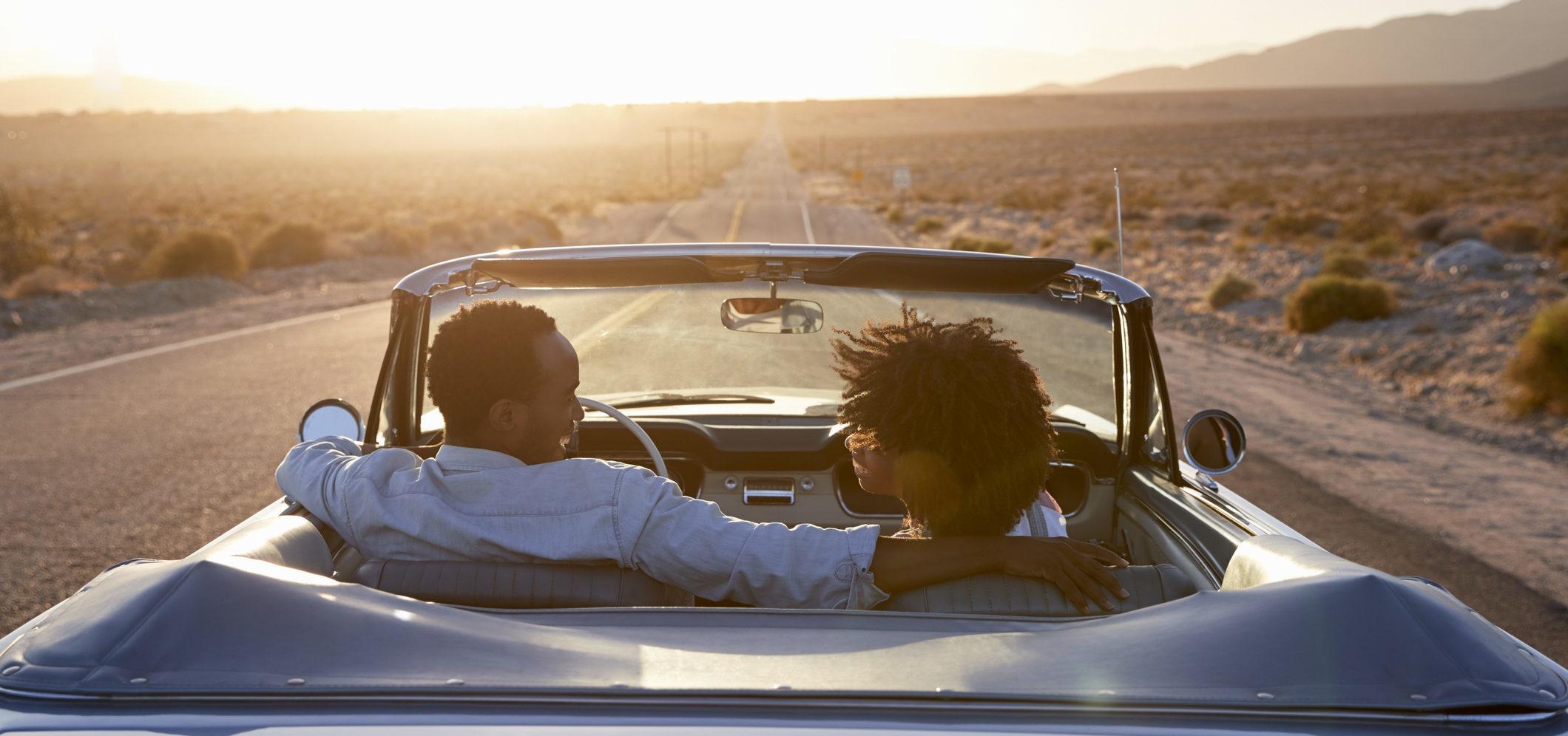 Casal viaja de carro