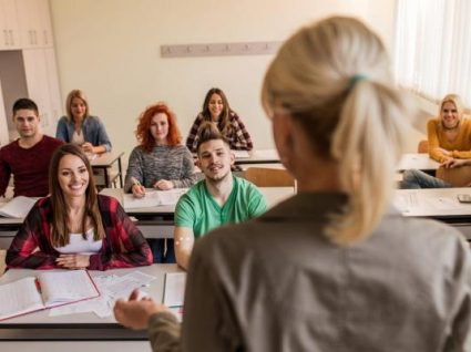 Número máximo de alunos nas turmas do secundário baixa para 28