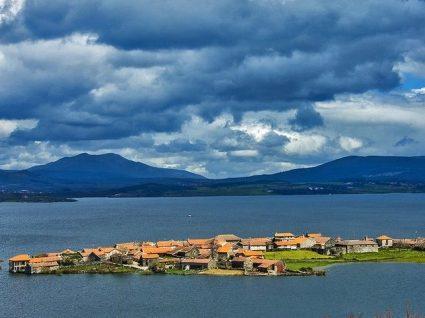 Vilarinho de Negrões, a aldeia que cresce sobre a água