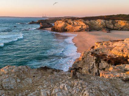 Porto Côvo: falésias, pessegueiros e férias de sonho