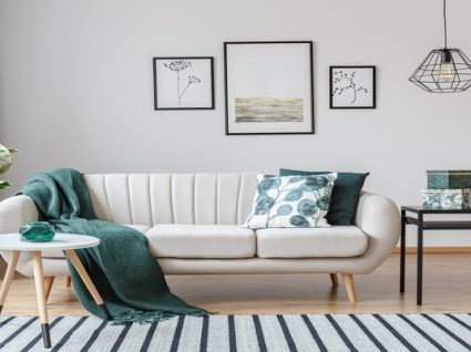 sala de estar com candeeiro de teto