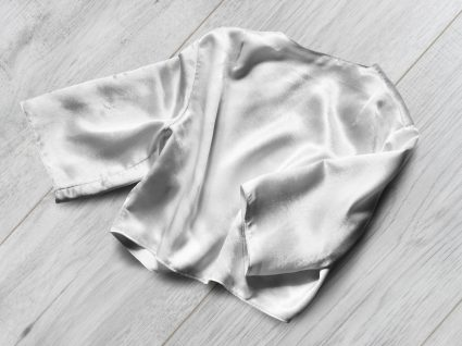 Inspiração: 6 looks com tops de cetim para usar até ao outono