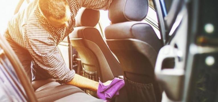 Como limpar o teto do carro