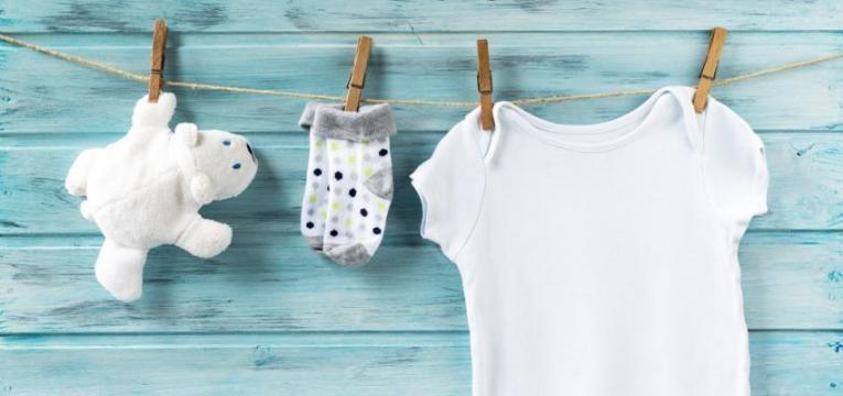 roupa branca de bebé no estendal