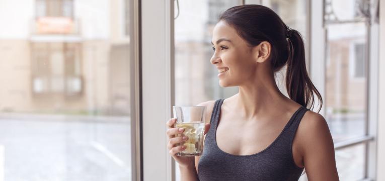 Beber água com limão em jejum está na moda
