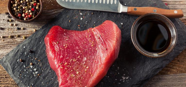 Saiba como cozinhar bifes de atum fresco na perfeição