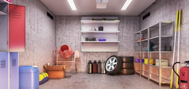 vista de uma garagem bem organizada, com prateleiras e estantes funcionais.