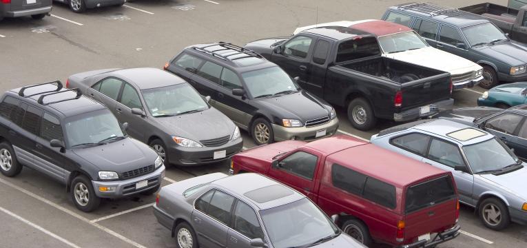 carros num parque
