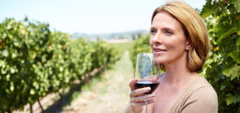 Beber álcool com moderação é um dos segredos anti-envelhecimento