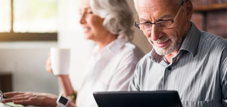 atribuímos à palavra envelhecer o significado de ficar com mais idade