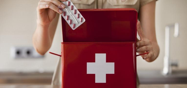 O kit primeiros socorros é constituído por uma ou mais caixas