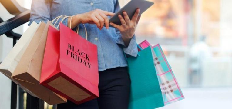 Mulher faz compras na Black Friday 2019