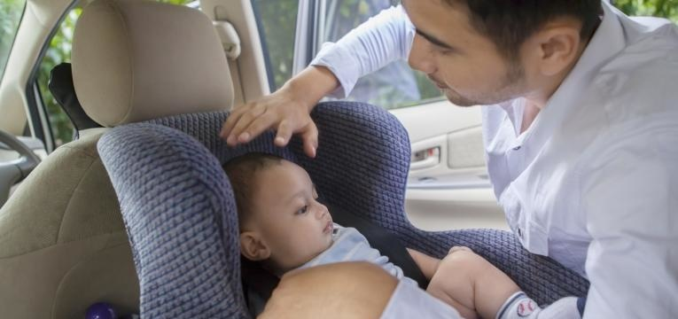 a cadeira de bebé deve ser colocada no sentido inverso da marcha