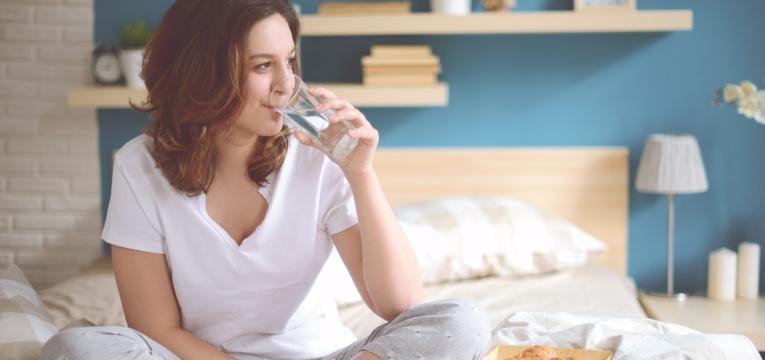 razões para beber água em jejum