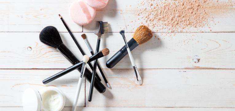 limpar pinceis de maquilhagem
